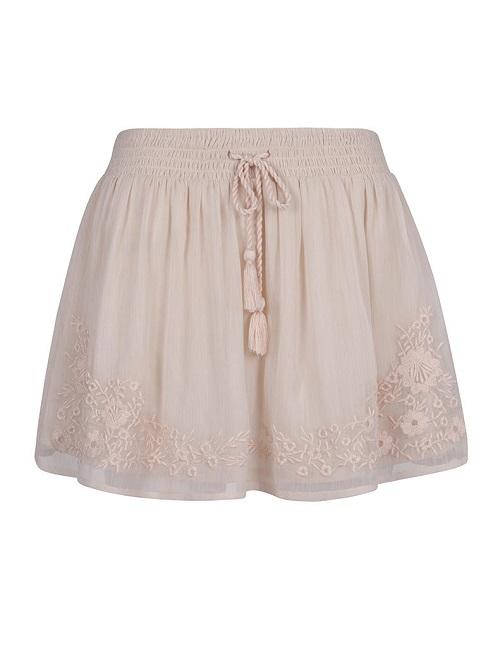 Luce espectacular esta primavera con las faldas de Blanco
